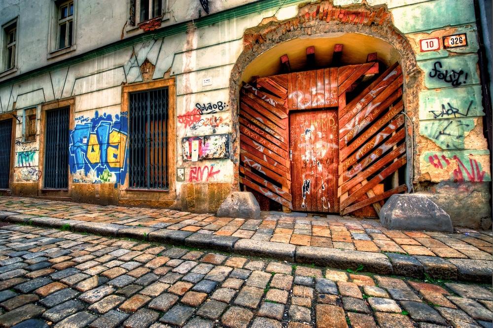 Bratislavagraffitiruins.jpg