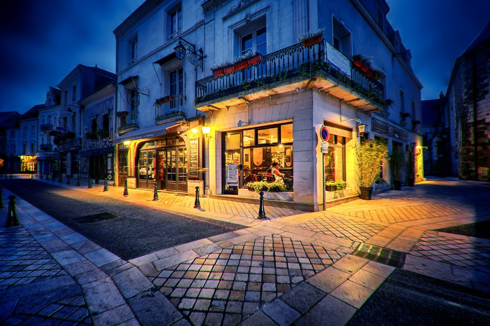 Amboise-France-cafe-blue-hour-HDR.jpg
