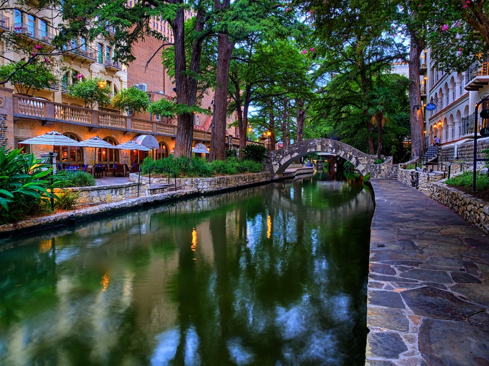 One of my favorite spots to shoot along the Riverwalk - I just love the look of this scene.
