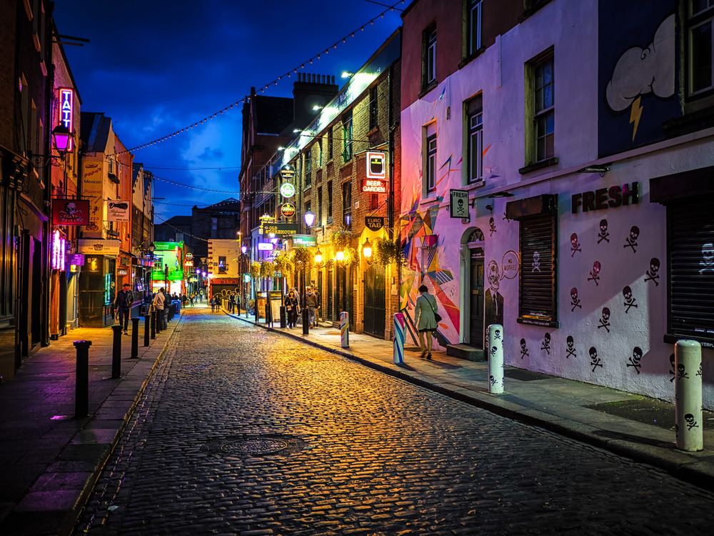 this is one of my favorite streets in temple bar - there's just so much going here that it's fun to shoot!