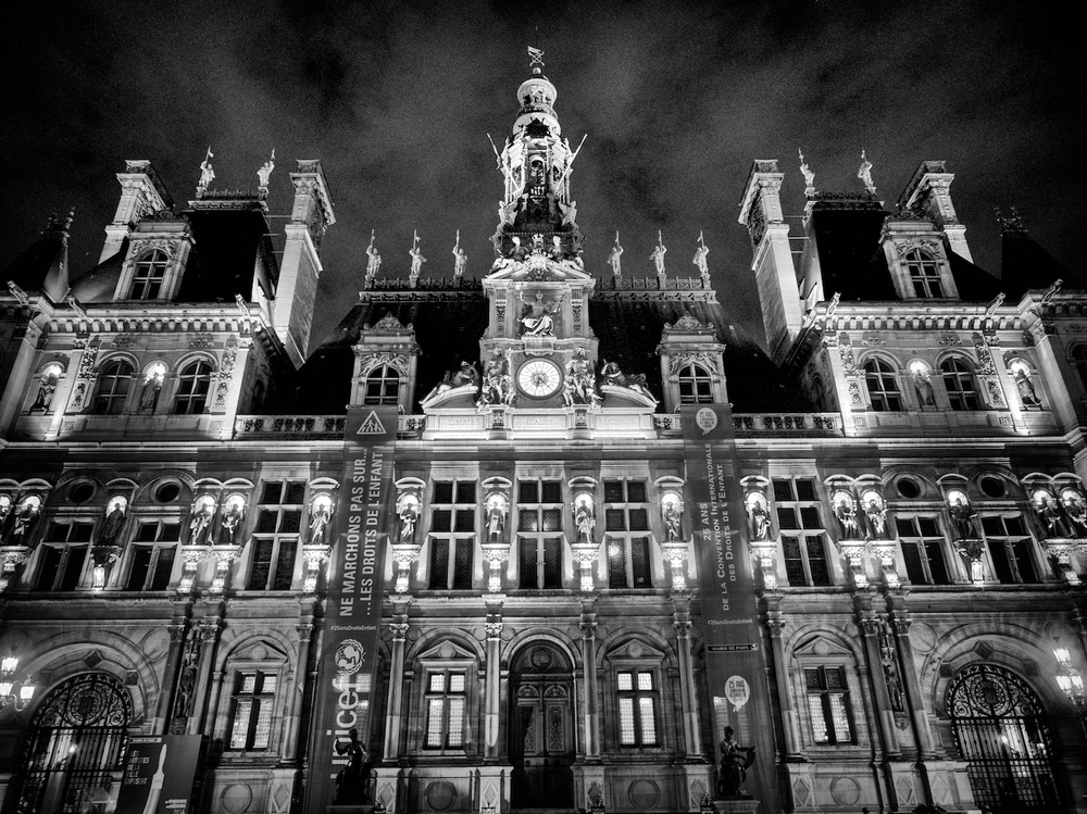 hotel de ville, looking all spooky and stuff.