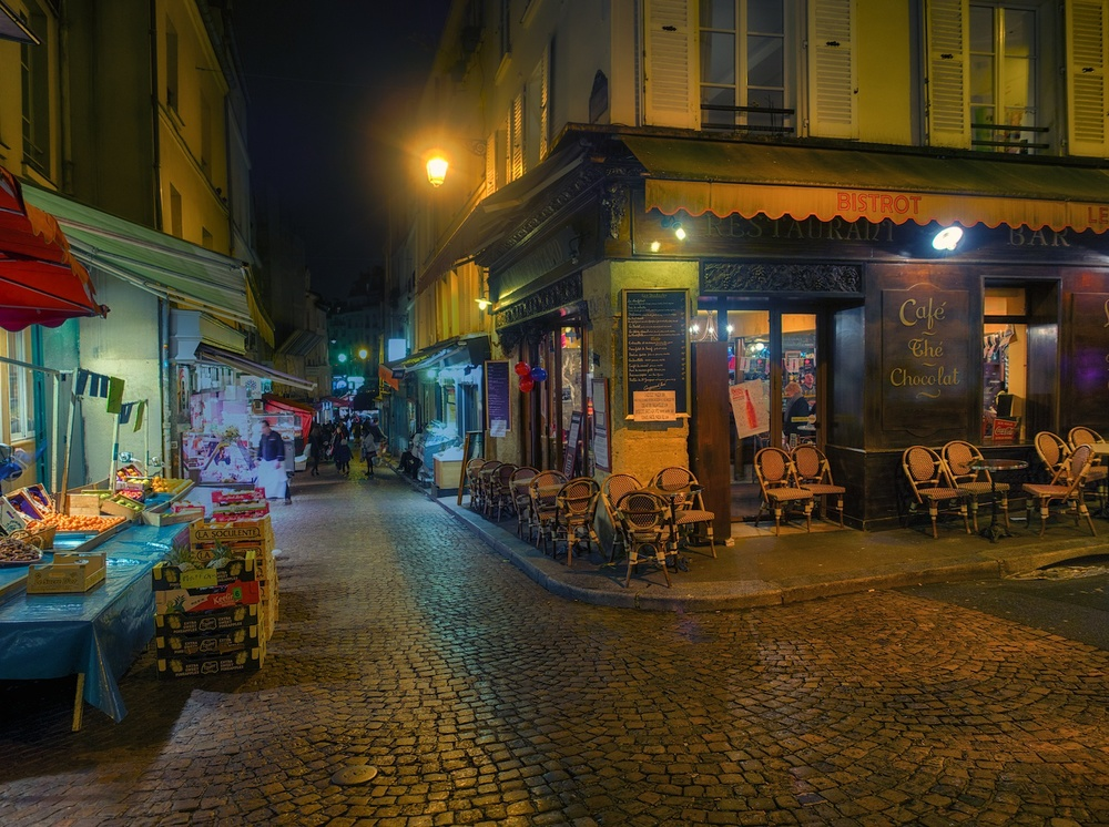 late night on rue mouffetard, which is in the latin quarter.  I just like street scenes like this.  so I shot a bunch of them.