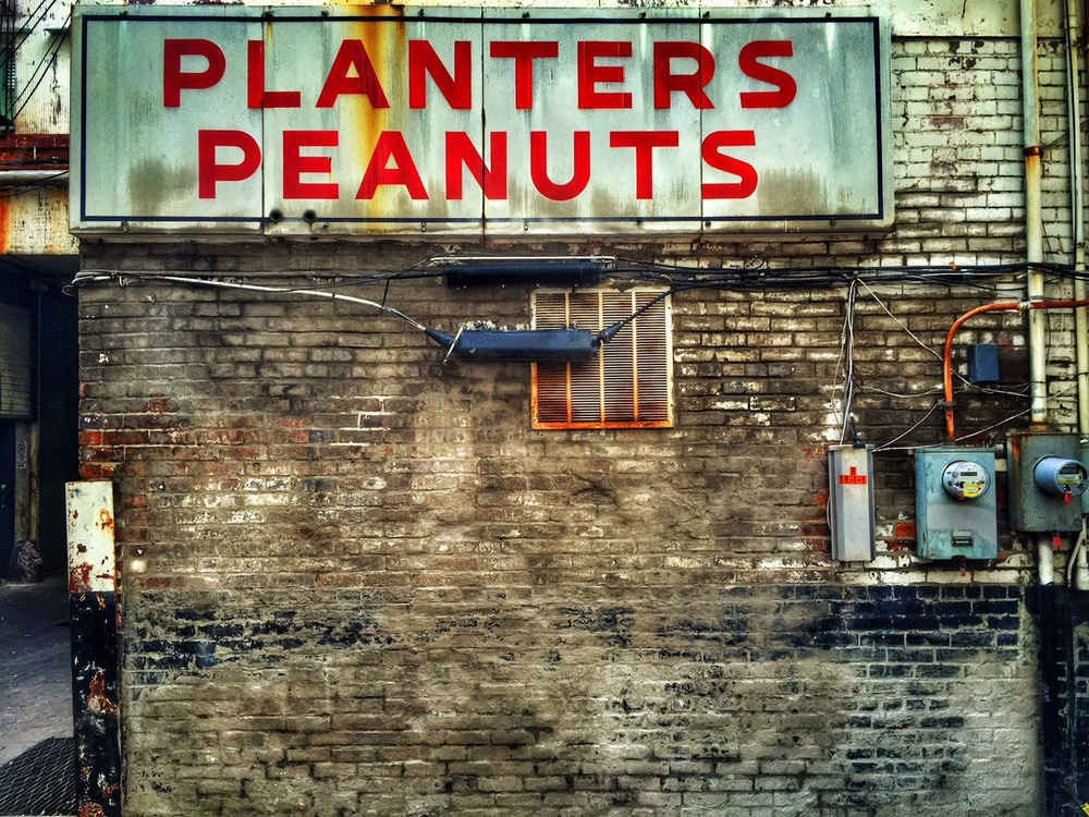 another scene from another alley in nashville - i just love grungy scenes like this.  and i love peanuts too!