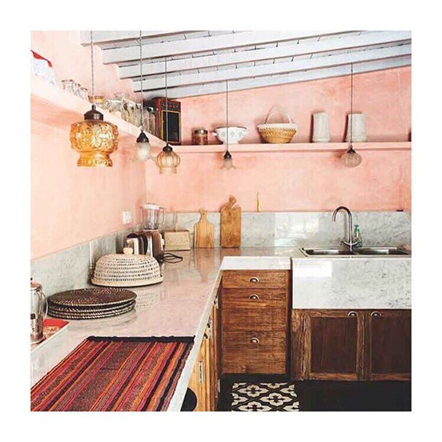My pink plaster obsession has now morphed into a visiting Bali obsession. Thanks a lot @myscandinavianhome 💕😊Perfect romantic hideaway by @theislandhouses 🙌🏼 . . . #housebeautiful #homedesign #kitchendesign #bali #pink