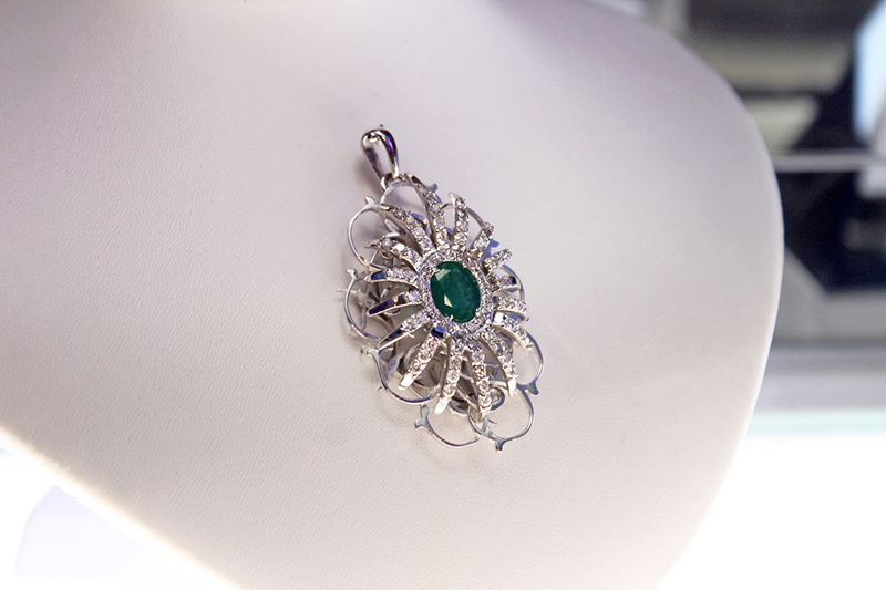 Belleville Collection by Carmen Zambrano. Pendant in white gold, diamonds and emerald.