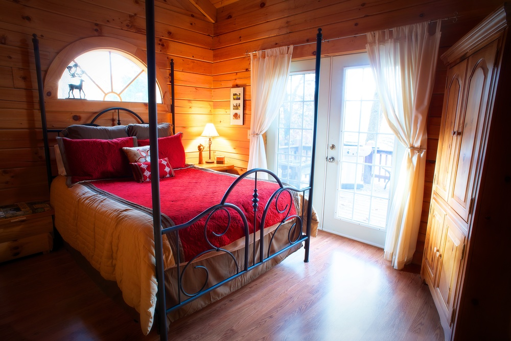 Branson_Bear_Log_Cabin_4-post_Bedroom.jpg