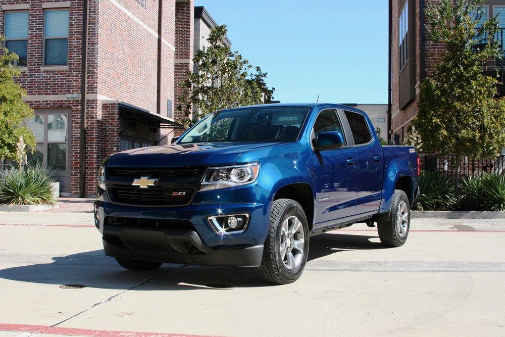 2019-Chevrolet-Colorado-Z71-wide-shot-car-pro (2).jpg