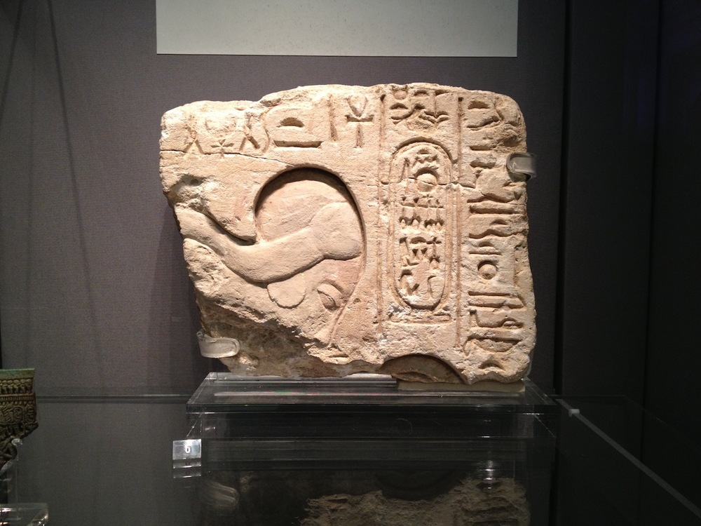 Akhenaten bowing in worship.