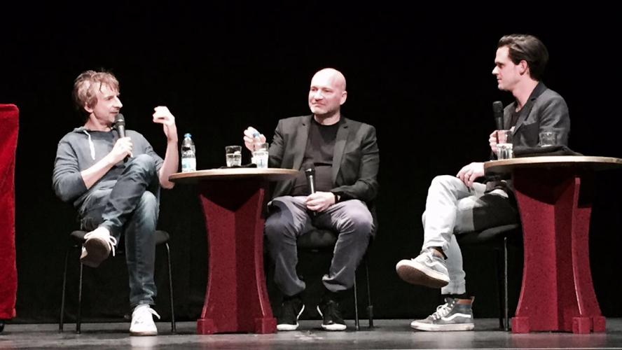 """( Ingolf Lück, Johannes Kram und Jo Schück diskutieren nach der """"Seite Eins""""-Aufführung über Boulevardjournalismus bei """"BILDblog Analog"""" im Heimathafen Neukölln)"""