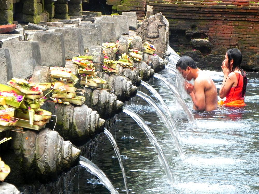Worshippers bathing at Tirta Empul || Photograph: The Oloo Blog