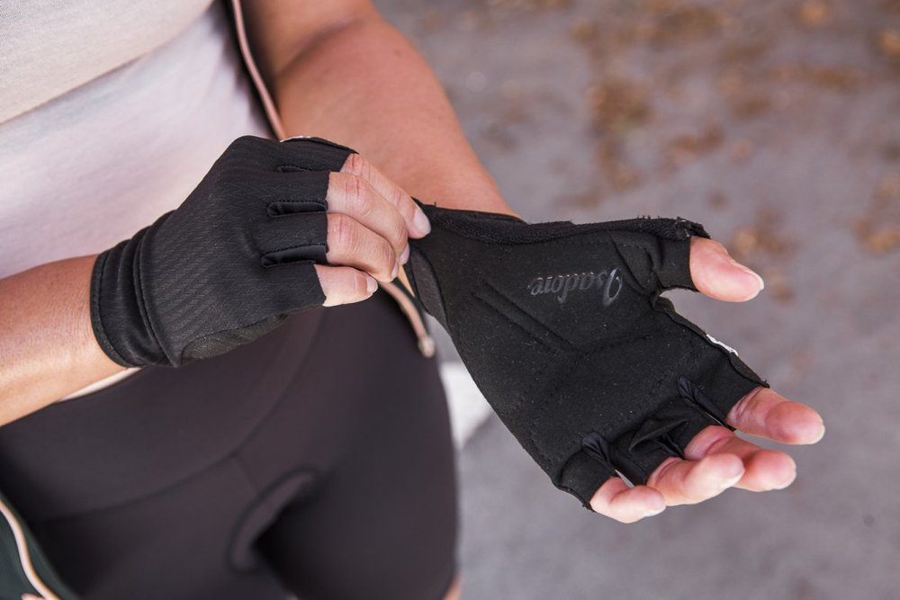 WOMEN SIGNATURE GLOVES - An essential item for long-distance escapes. Swiss face material with Coldblack® treatment for dispersing heat. Luxurious Italian Alcantara on the palm side.