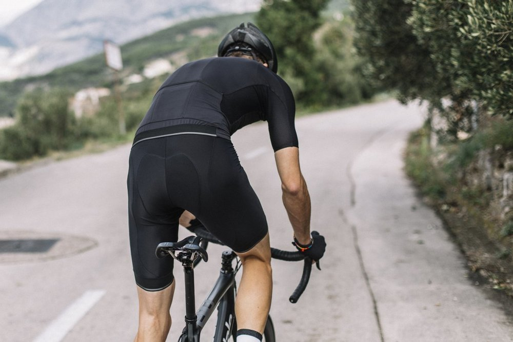 I7A3O7E ECHELON BIB SHORTS - The Echelon bibs are treated with two technologies: Coldblack® and 3XDRY®, making them an excellent option for performance-focused riding.