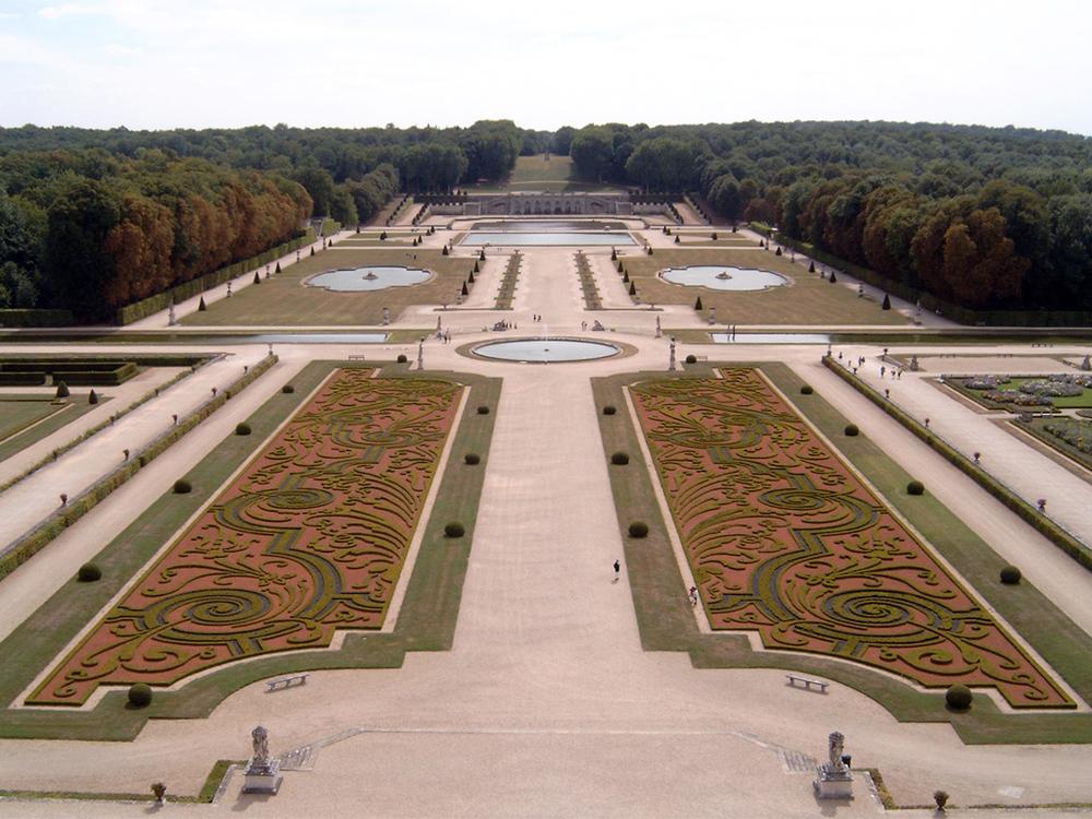 http://upload.wikimedia.org/wikipedia/commons/2/26/Vaux-le-Vicomte_Garten.jpg