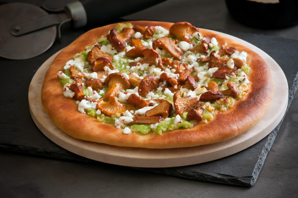 pizza with chanterelle mushrooms