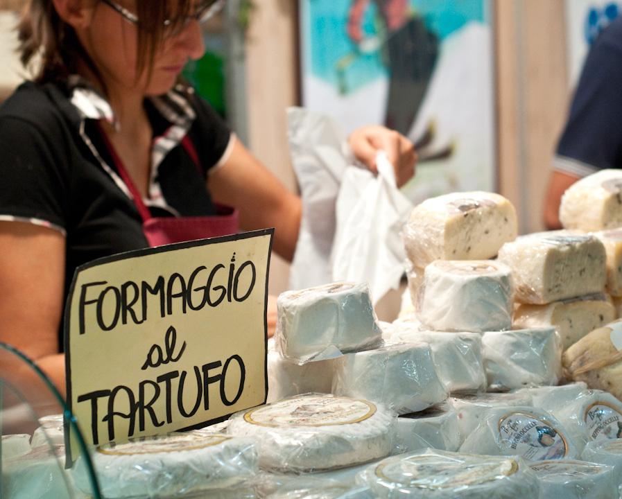 Alba's truffle market - Formaggio al Tartufo