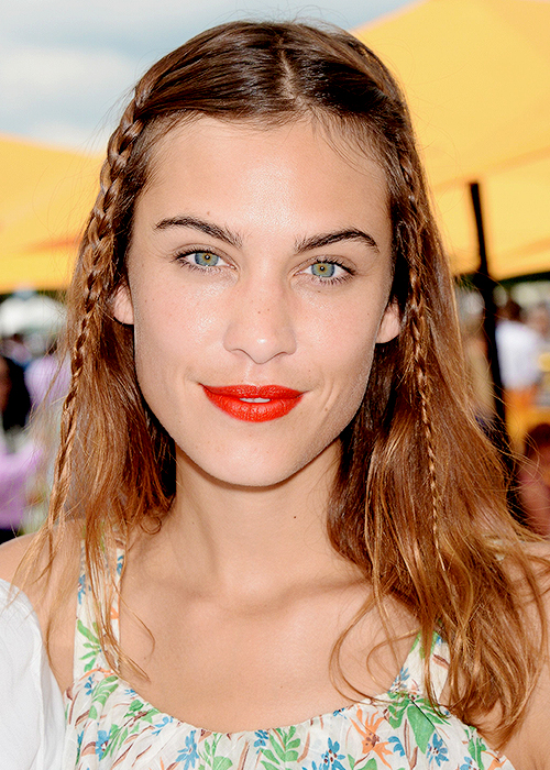 Coral red lips and green eyes are the perfect match!