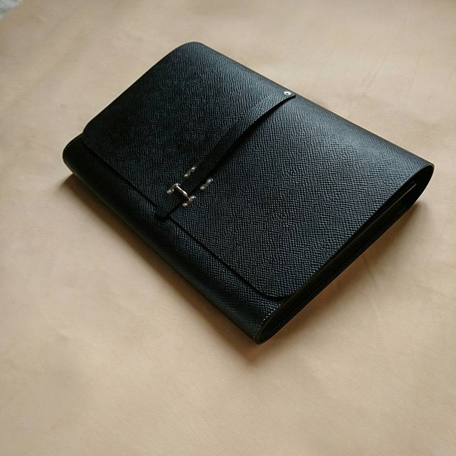 As noir folio in russia hatch. More refined stitching, however still 7spi. One piece is available at mesleather.com