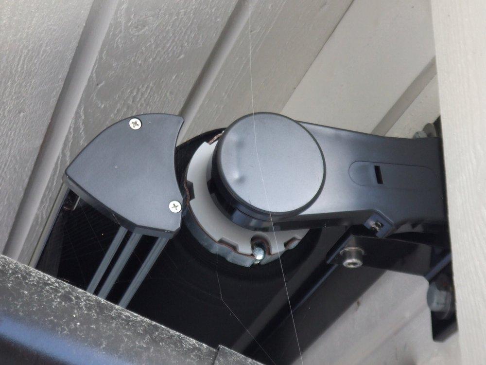 R1800 utan takprofil monteras under takutsprång. Här i svart profilfärg.