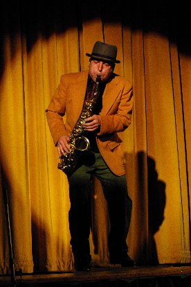 MC Shoehorn plays the Blues