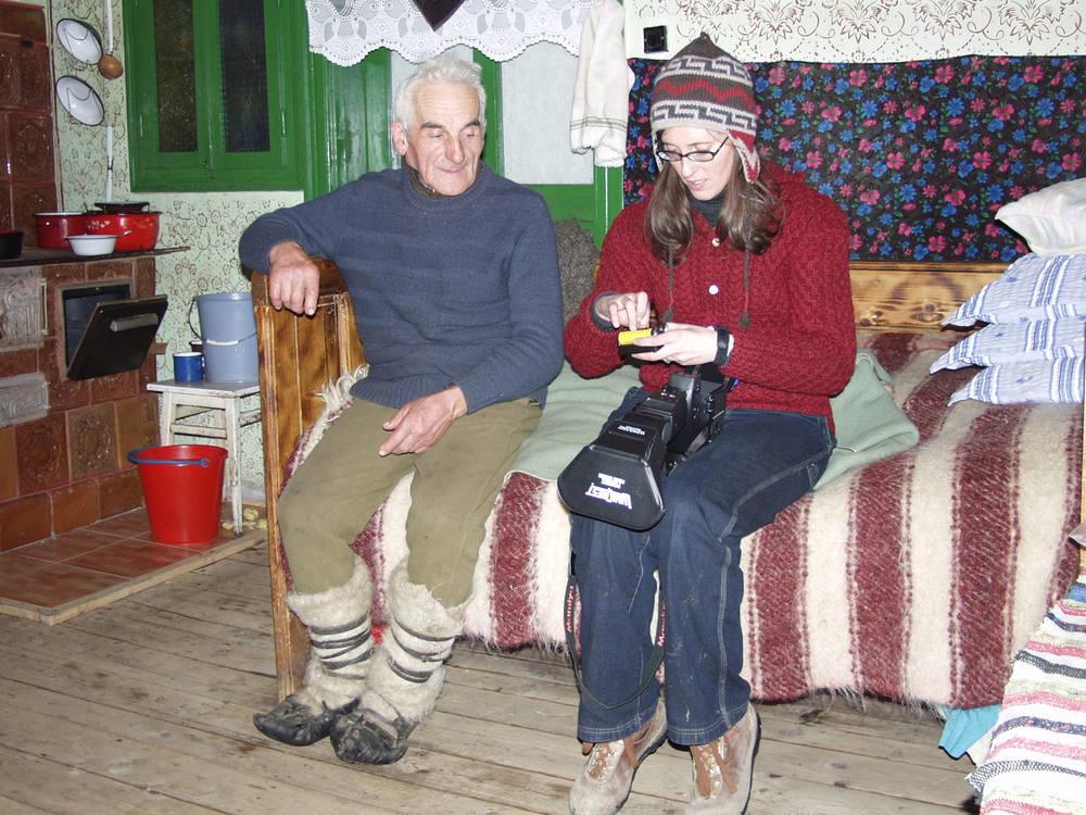 Kathleen reloading her Mamiya medium format film camera with Vasile. 2003  Kathleen reîncărcare ei format mediu Mamiya de film camera cu Vasile. 2003