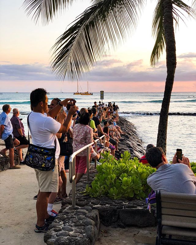 Capturing the sunset for the 'gram • #Hawaii #Oahu . . #shotoniphone #iphonex #sunset #tourists #street #beach