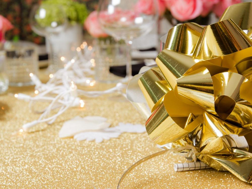 Original_Jeanine-Hays-new-years-eve-upcycle-gift-bow-centerpiece_h.jpg.rend.hgtvcom.1280.960.jpg