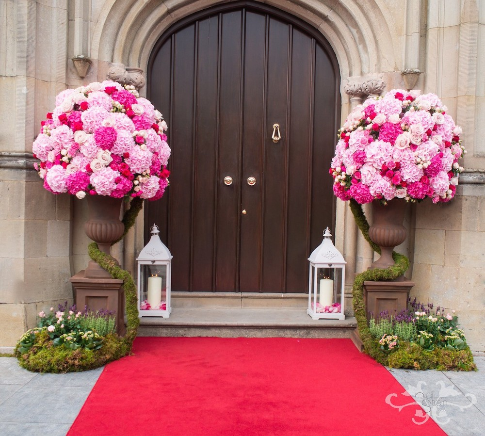 The red carpet remains in harmony with the pink tints and tones of the floral decorations