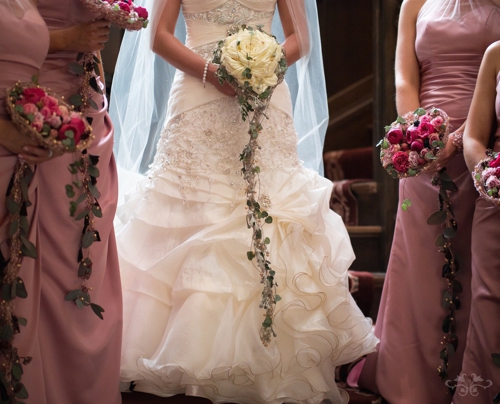 The bride's bouquet should reflect the style of her dress and be in proportion to the height of the bride