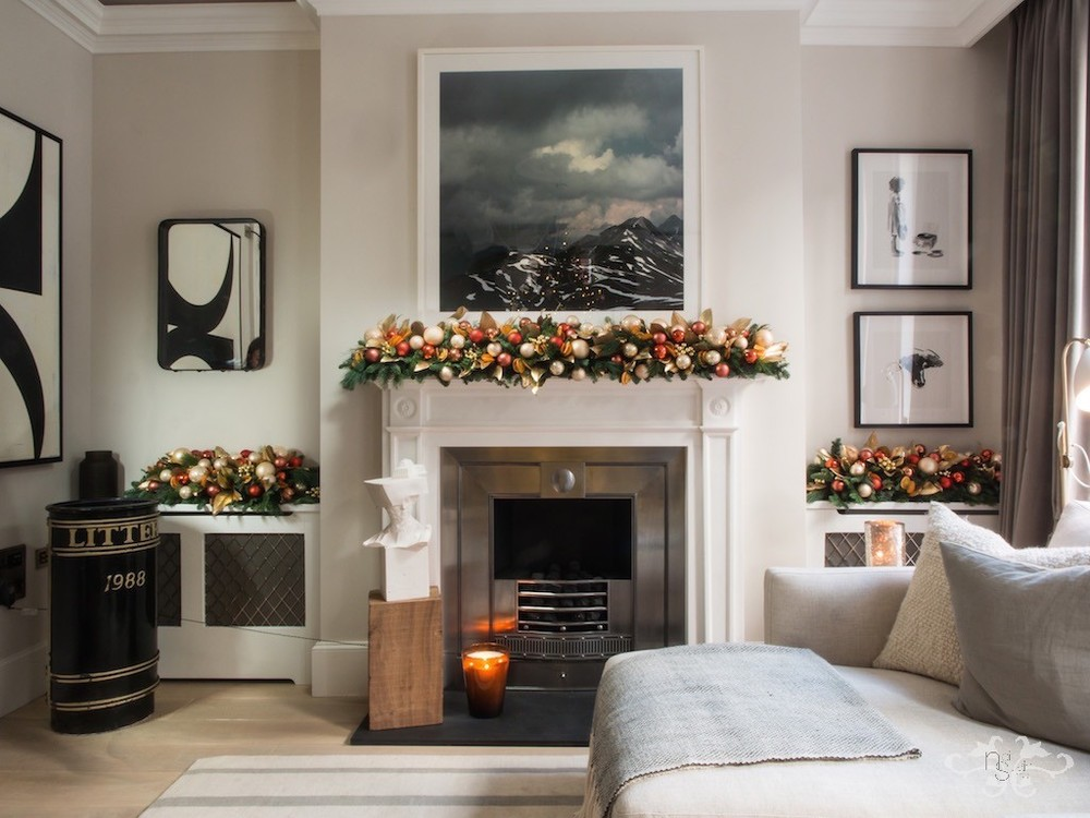 Cream, gold and a touch of orange give a festive glow to the contemporary beige, black and white design of the livingroom.
