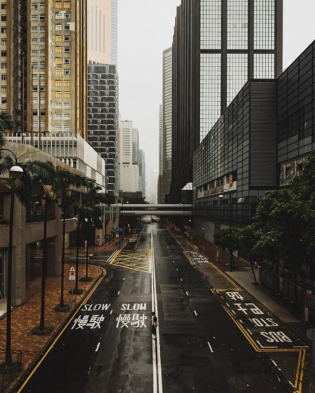 Things are starting to get pretty gnarly here in Hong Kong with epic winds and rains from Typhoon Mangkhut smashing the city.  Check out my story for some eerie empty street scapes. - - - #theuselesstravellers #hongkong #hkig #stormchaser #typhoon #typhoonmangkhut #wanchai
