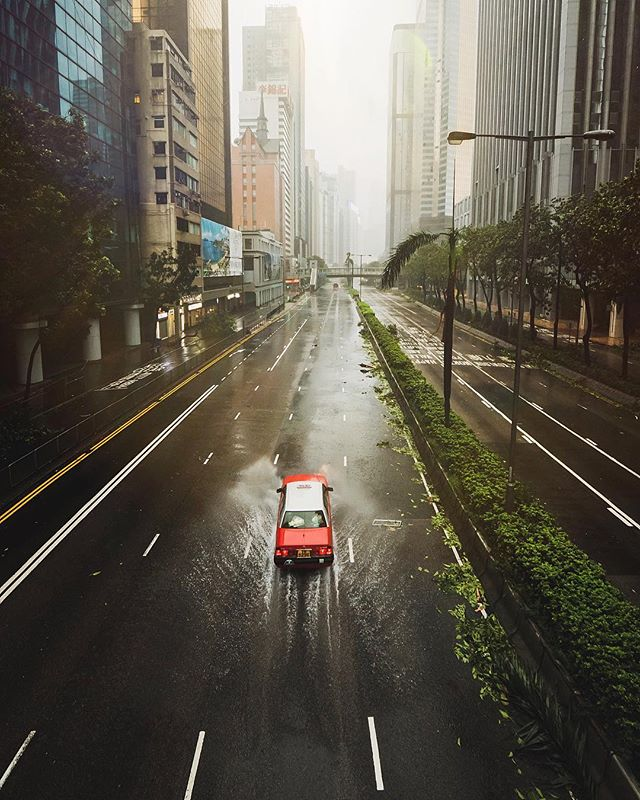 What an EPIC visual experience today was! Being able to walk down the middle of the road and feel like you're in a post apocalyptic film was such a surreal experience! Check out my Hong Kong story highlight for more images from today - - - #theuselesstravellers #hongkong #hkig #stormchaser #typhoon #typhoonmangkhut #wanchai #causewaybay #discoverhongkong