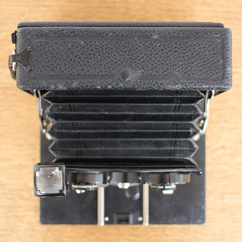 Top view showing the bellows at full extension. On the left you can see the viewfinder, which is basically a cube with a small mirror, through which you line up the subject.