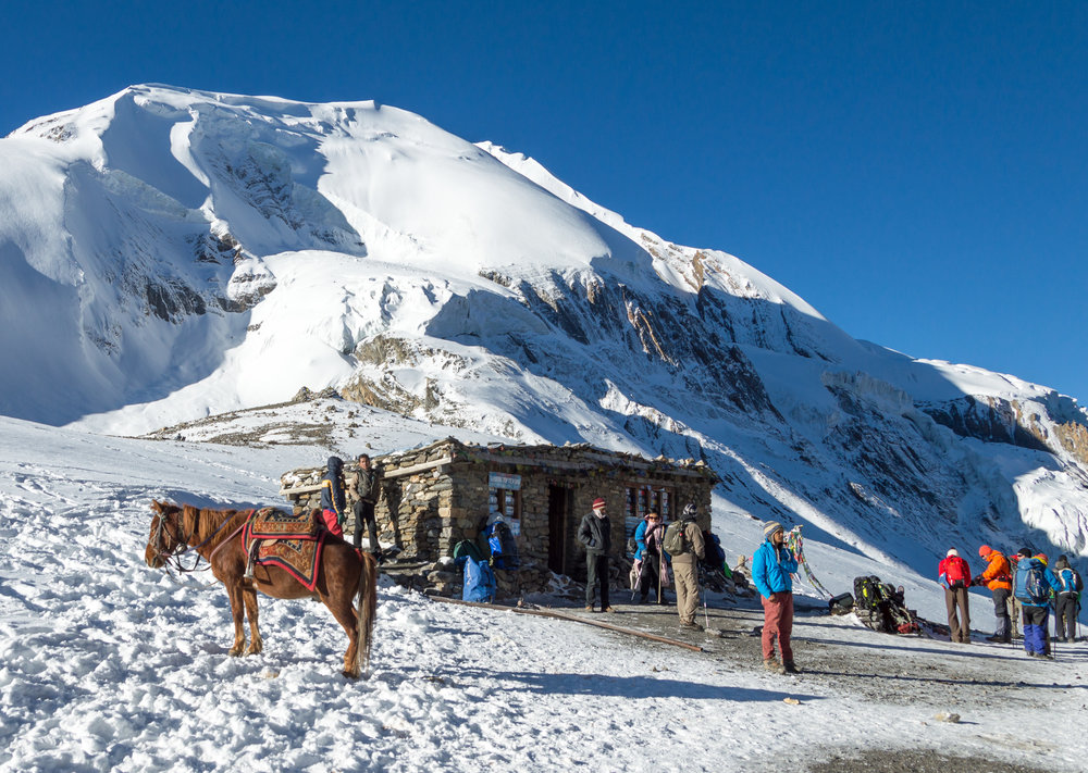 Tea-house_on_Thorong_La_pass_-_Annapurna_Circuit,_Nepal_-_panoramio-1.jpg