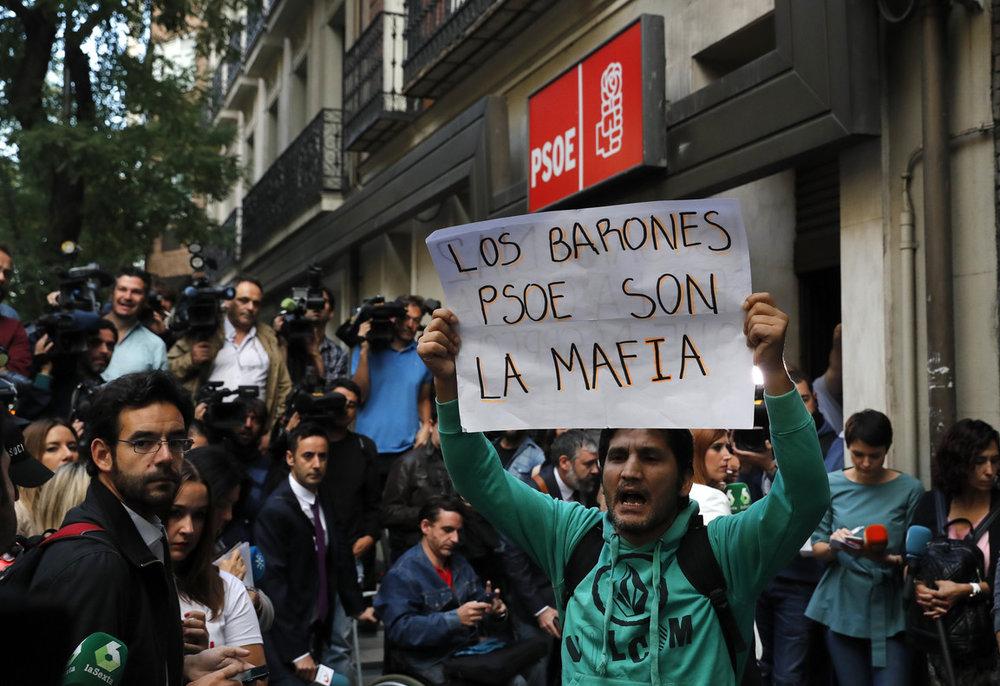 los-barones-psoe-son-mafia-pancarta-que-portaba-activista-lagarder-danciu-1475307342162.jpg