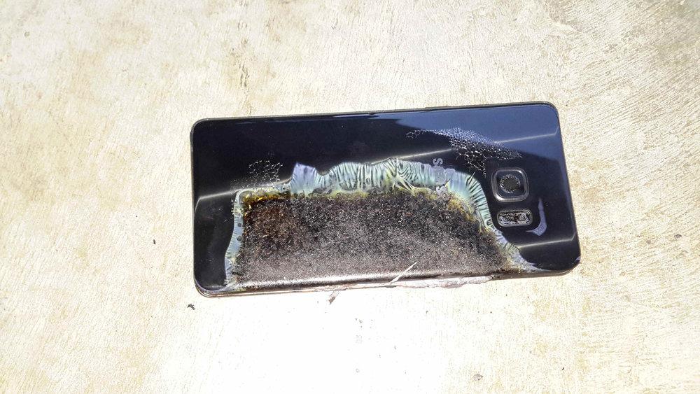 Esta es la imagen más decente de un Samsung Galaxy Note 7 en acción que hemos podido encontrar. Ante todo, dignidad para los que ya no están en el mercado.