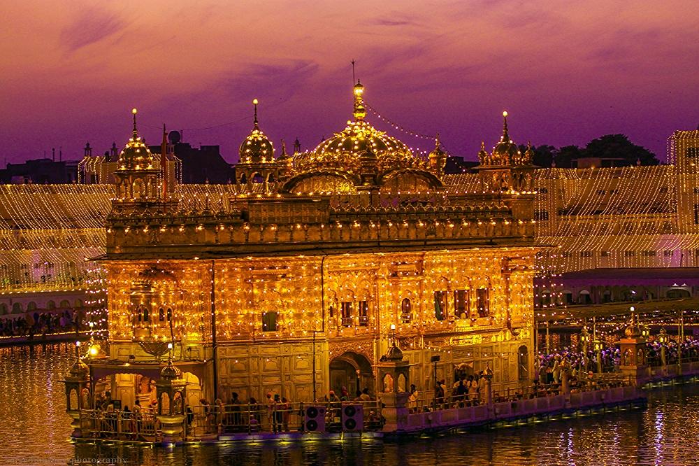 ਧੰਨੁ ਧੰਨੁ ਰਾਮਦਾਸ ਗੁਰੁ ਜਿਨਿ ਸਿਰਿਆ ਤਿਨੈ ਸਵਾਰਿਆ ॥       Blessed, blessed is Guru Raam Daas; The One who created You, has also exalted You