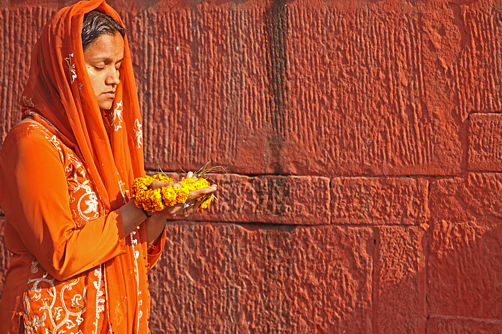 Varanasi W offering flowers.jpg