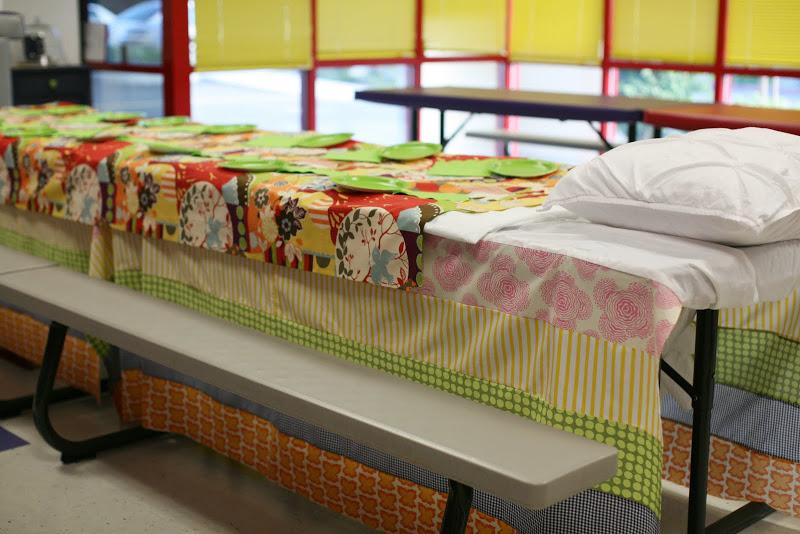 Mantel con tiras de distintas telas para simular colchones apilados.