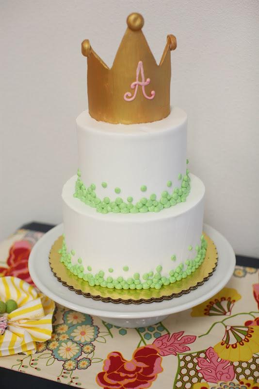 Pastel con corona decorado con guisantes.