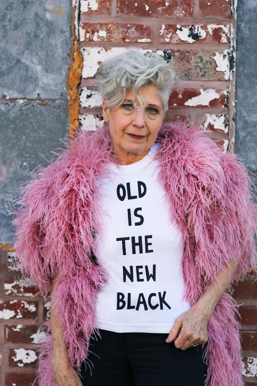 Debra Rapoport para la edición limitada deT-shirts OLD IS THE NEW BLACK que puedes adquirir haciendo CLICK AQUI