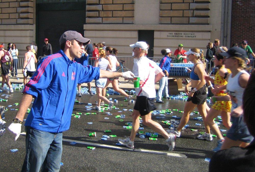 https://upload.wikimedia.org/wikipedia/commons/b/be/Boston_marathon_mile_25_gatorade_volunteer_050418.jpg
