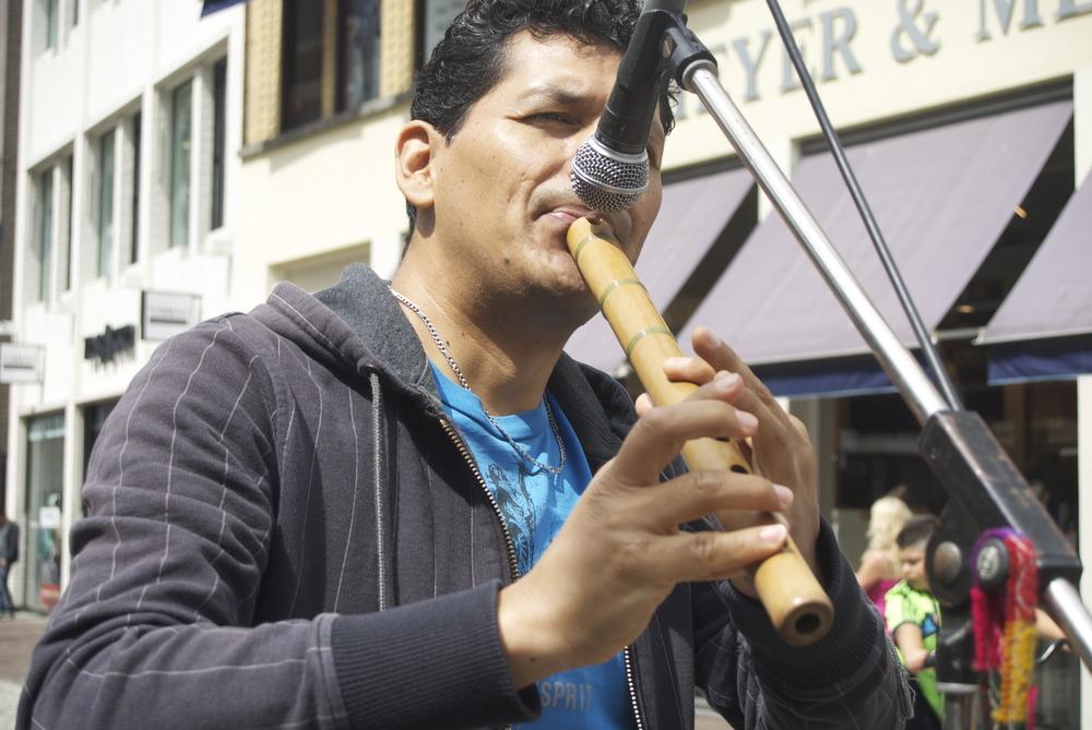 Carlos Chacón, músico ecuatoriano, toca canciones Ecuatorianas y versiones de canciones Americanas. Tiene viviendo 16 años en Alemania. Foto: Ivette Lopez