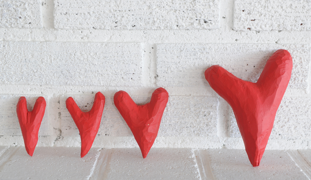 Rød hjertepynt spikket av rått virke.