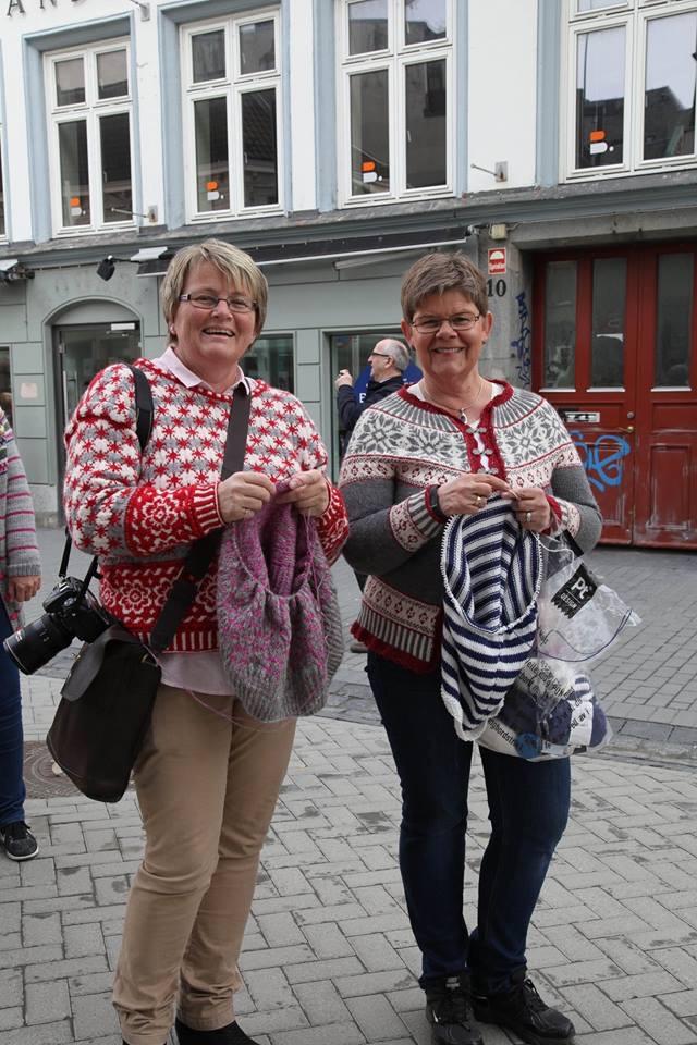 Nina Granlund Sæther i nydesignet genser og Denise Samson med Denise-kofta. Foto: Lise Johanne Henriksen