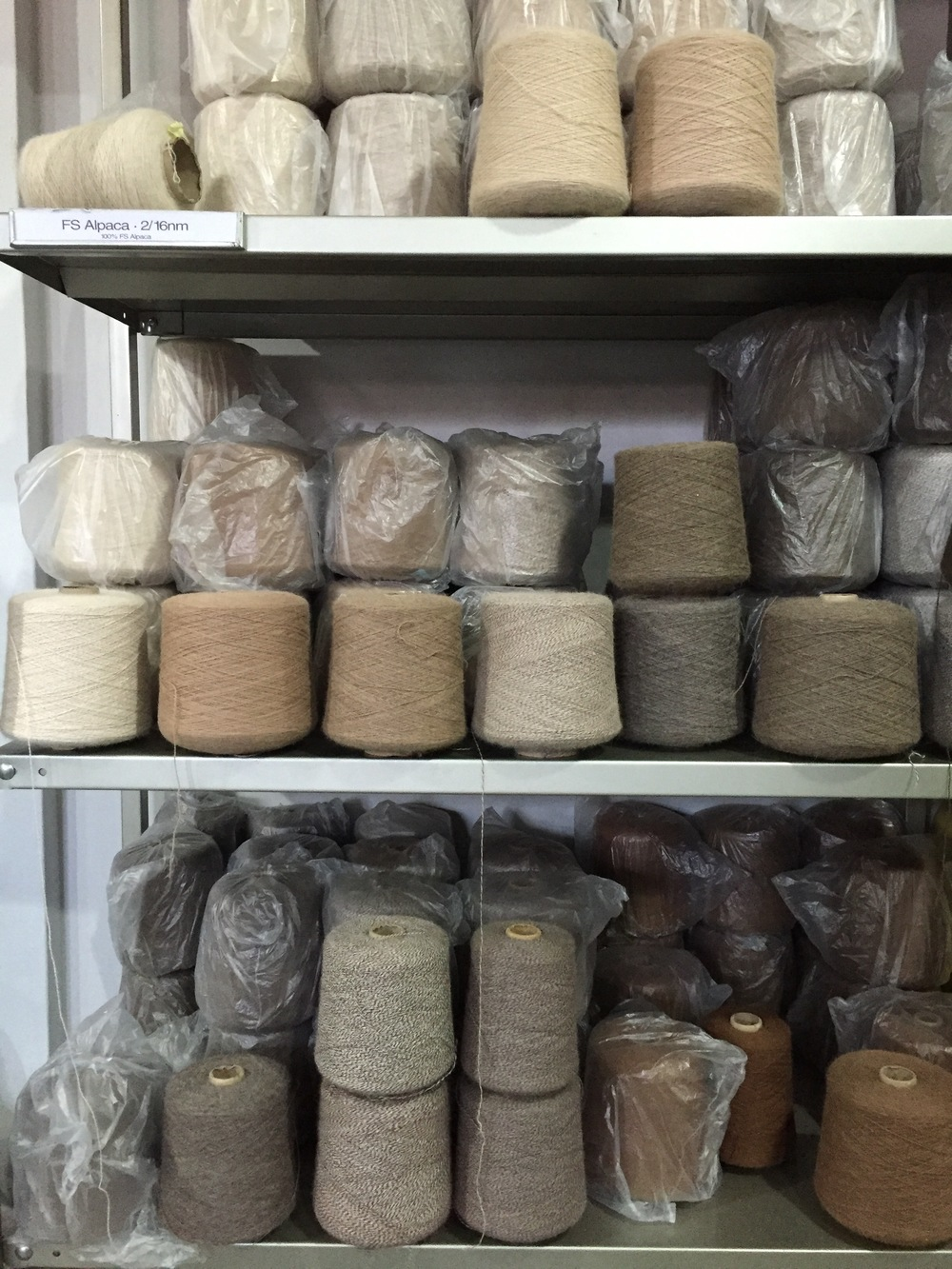 Alpakka finnes ifølge Wikipedia i hele 22 naturfarger. Lett å bli bergtatt i denne butikken.