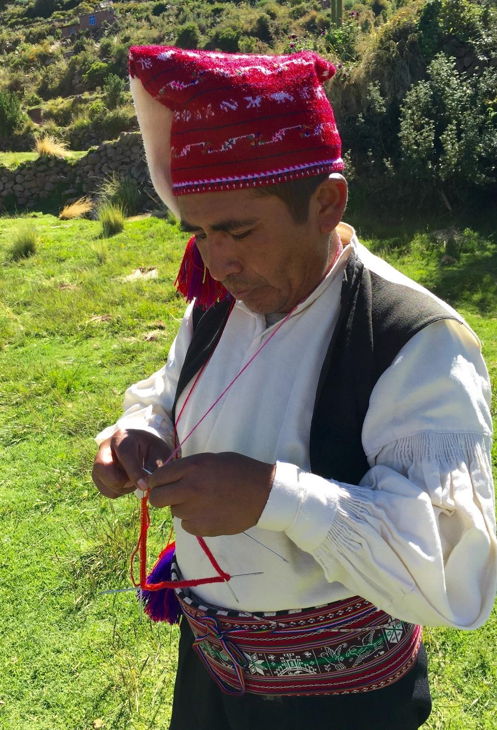Denne mannen på øya Taquile i Titicacasjøen har akkurat begynt på en ny lue.
