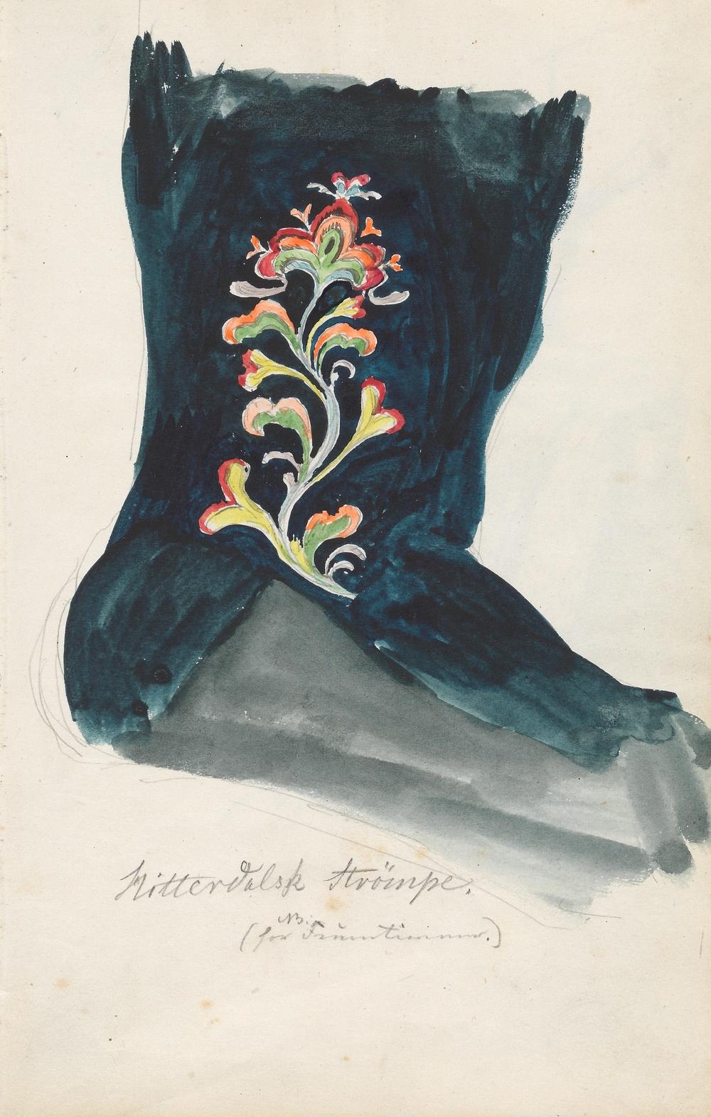 Hitterdalsk Strømpe for NB Fruentimmer. Kvinnestrømpe av mørkeblått tøy med rosesøm. Foto: Nasjonalmuseet CC-BY-NC