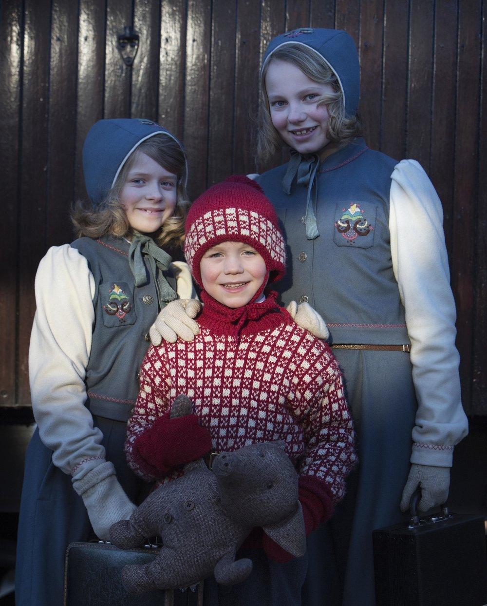 Magnus Ketilsson Dobbe (6), spiller prins Harald. Sofie Falkgård spiller prinsesse Ragnhild og Ingrid Ross Raftemo er prinsesse Astrid i filmen. Foto: Agnete Brun/ Paradox film.
