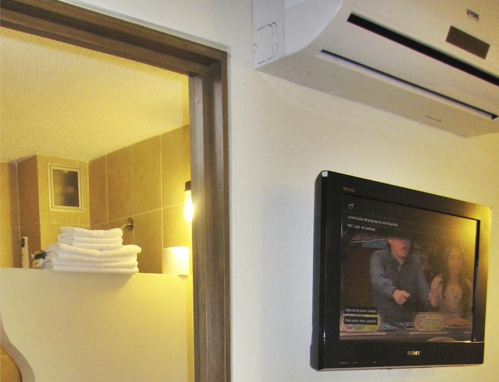 TV Sony de LCD y A/C marca York en cada habitación.