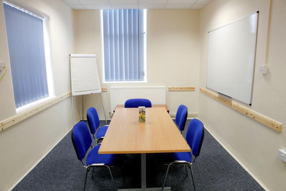 Salón ejecutivo hasta para ocho personas.
